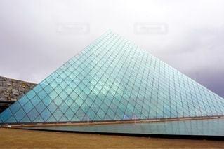 ガラスのピラミッドの写真・画像素材[2511250]