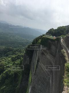 木々を背景にした岩山の眺めの写真・画像素材[2942161]