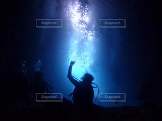 暗闇の中に立っている人の写真・画像素材[2508817]