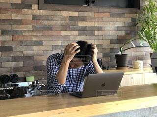仕事で悩んでる人の写真・画像素材[2658257]