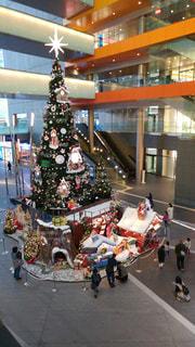 屋内巨大クリスマスツリーの写真・画像素材[2489871]