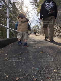坂道を登る親子の写真・画像素材[2738670]