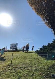 芝生の丘で遊ぶ子供の写真・画像素材[2743318]