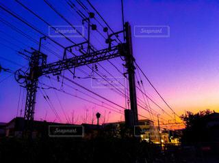 夕暮れ時の線路沿いの写真・画像素材[2491350]