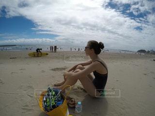 浜辺に座る女性の写真・画像素材[2491443]