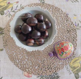 テーブルの上にフルーツを置くケーキの写真・画像素材[3829321]
