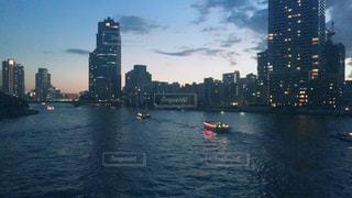 都市を背景にした水域の小さなボートの写真・画像素材[2491716]