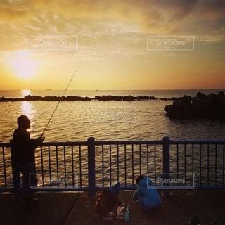 親子釣りの写真・画像素材[2496446]