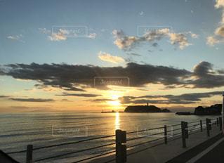 水の体の上の夕日の写真・画像素材[2501217]