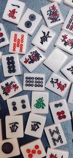 散らばる麻雀牌の写真・画像素材[2497065]