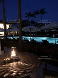 夜のプライベートプールの写真・画像素材[2498169]