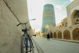建物の脇に駐車した自転車の写真・画像素材[2497756]