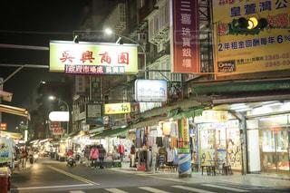 夜の繁華街 in台湾の写真・画像素材[2501561]