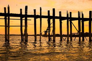 夕日と橋とシルエットの写真・画像素材[2502824]