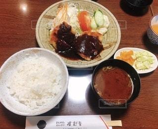 テーブルの上の皿の上の食べ物のボウルの写真・画像素材[2503409]