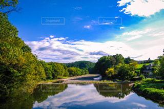 青空と清流の写真・画像素材[2569010]