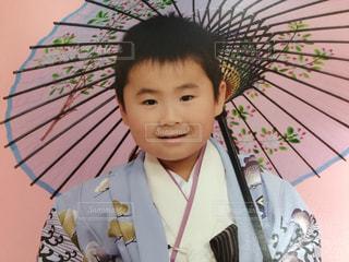 傘を持った少年の写真・画像素材[2500003]