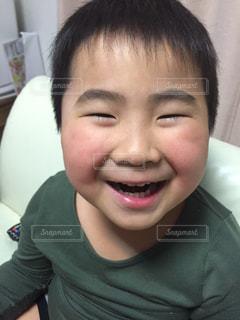 満面の笑顔の男の子の写真・画像素材[2501915]