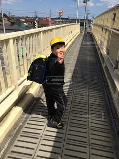 登下校中の男の子の写真・画像素材[2502027]