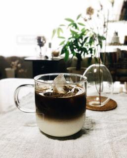 テーブルの上でコーヒーを一杯飲むの写真・画像素材[2501506]