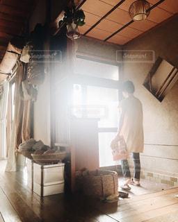 玄関に立っている人の写真・画像素材[2501510]