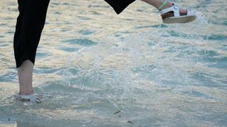 水域の隣に立っている人の写真・画像素材[2501642]