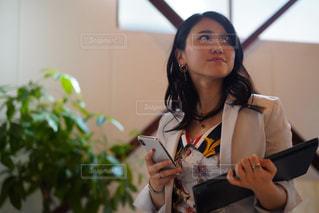 ナイフを持った女性の写真・画像素材[2502151]