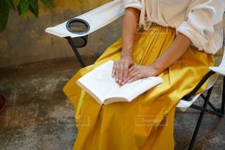 黄色い傘を持つ人の写真・画像素材[2502187]