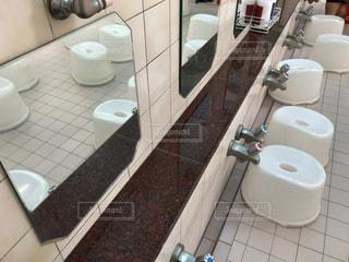 洗面台と鏡付きのバスルーム - No.753756