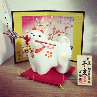 神社で購入した破魔矢を咥えた犬の干支置物 - No.960485