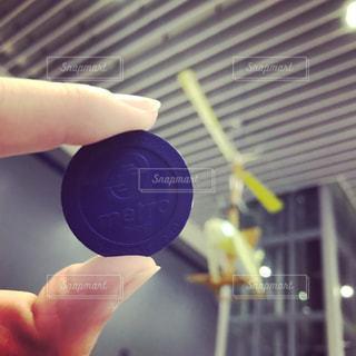台北MRTの片道キップを持っている指の写真・画像素材[1074018]