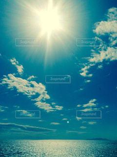水域の上空の雲の写真・画像素材[2506924]
