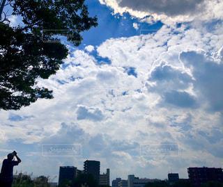 空を撮る人の写真・画像素材[2512024]