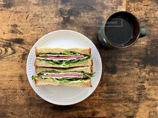 テーブルの上の食べ物の皿の写真・画像素材[2680465]