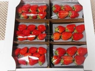 イチゴで満たされた箱の写真・画像素材[4246857]
