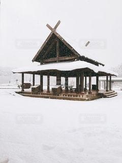雪に覆われた家の写真・画像素材[2702275]