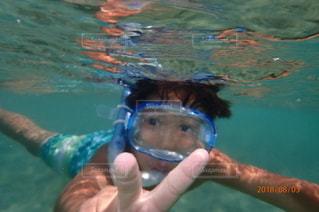 水の中を泳いでいる人の写真・画像素材[2504609]