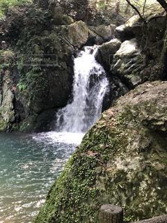 岩の崖の上の大きな滝の写真・画像素材[2504992]