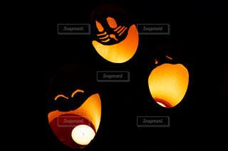 黒とオレンジ色のランプの写真・画像素材[890839]