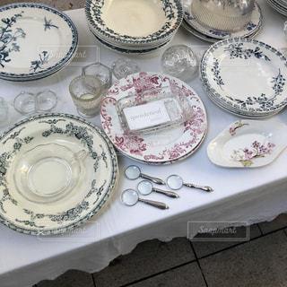 テーブルの上に白い皿の写真・画像素材[2897067]
