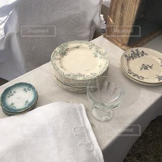 テーブルの上のお皿の写真・画像素材[2897068]