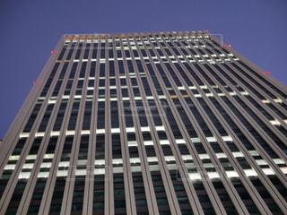 暗くなり始めた空とビルの写真・画像素材[2612282]