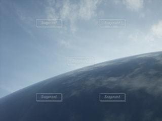 空と鏡面に映る空の写真・画像素材[2796467]