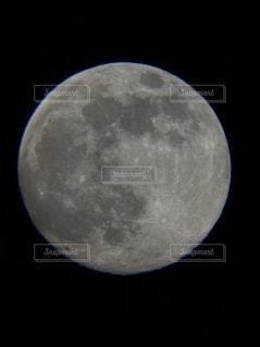 夜空に浮かぶ満月の写真・画像素材[3136100]