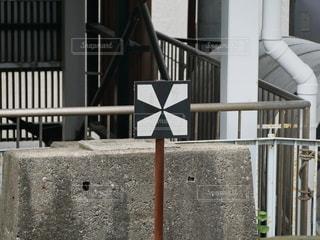 駅のホームから見える標識の写真・画像素材[3358625]