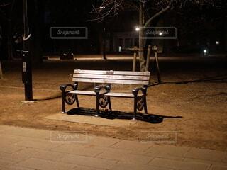 夜のベンチの写真・画像素材[4274373]