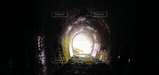 暗いトンネルの写真・画像素材[4083372]