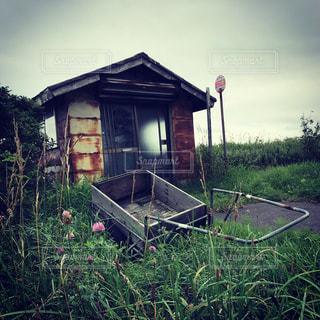 田舎のバス停の写真・画像素材[3154675]