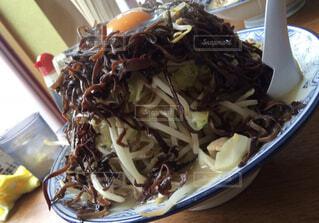 食べ物の皿をテーブルの上に置くの写真・画像素材[3769857]
