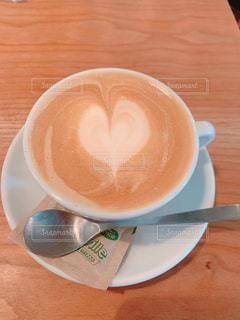 テーブルの上でカフェラテを一杯飲むの写真・画像素材[2508460]